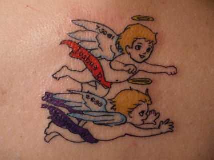 Tatuagem na coluna da menina - anjos