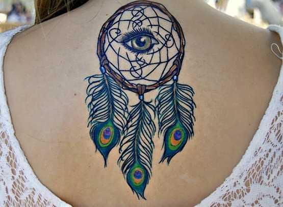 Tatuagem na coluna da menina - apanhador de sonhos