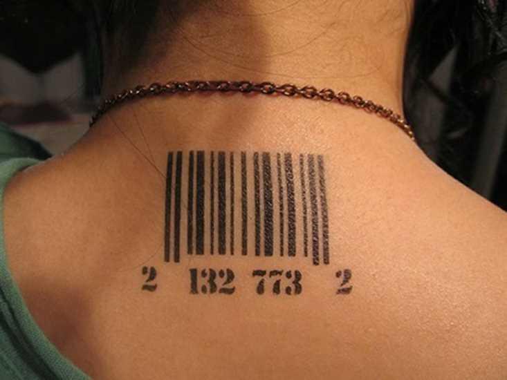 Tatuagem na coluna da menina - código de barras