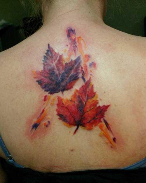 Tatuagem na coluna da menina - folhas