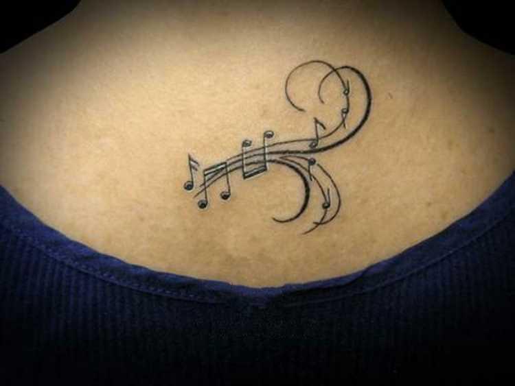 Tatuagem na coluna da menina - notas