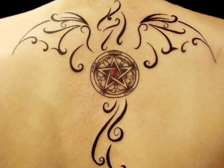 Tatuagem na coluna da menina - o pentagrama e o dragão