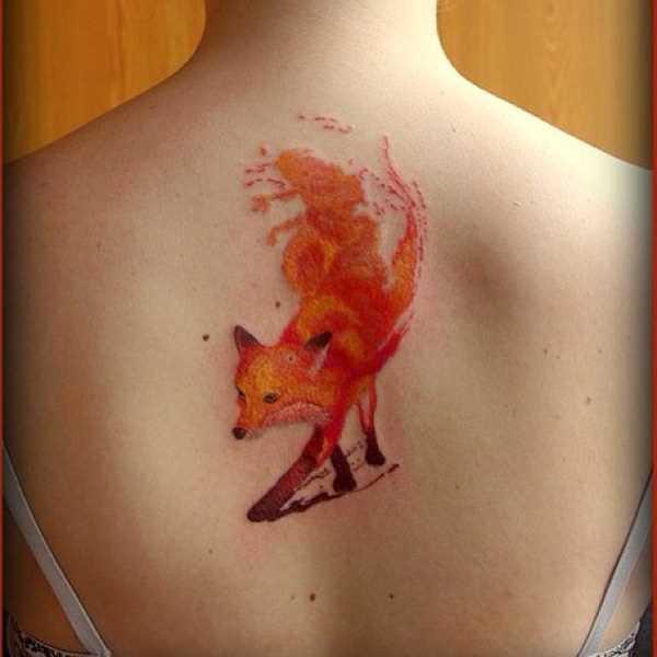 Tatuagem na coluna da menina - raposa