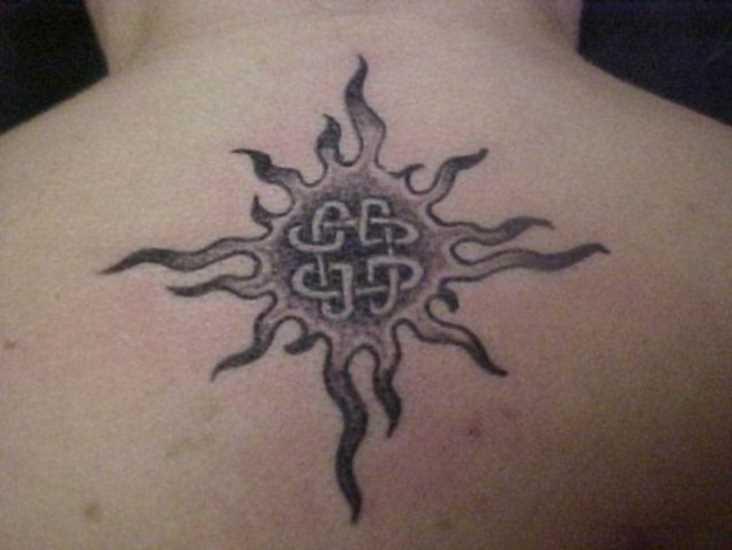 Tatuagem na coluna do cara - sol