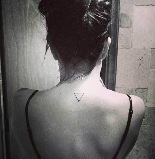 Tatuagem na coluna vertebral, uma menina simples de um triângulo