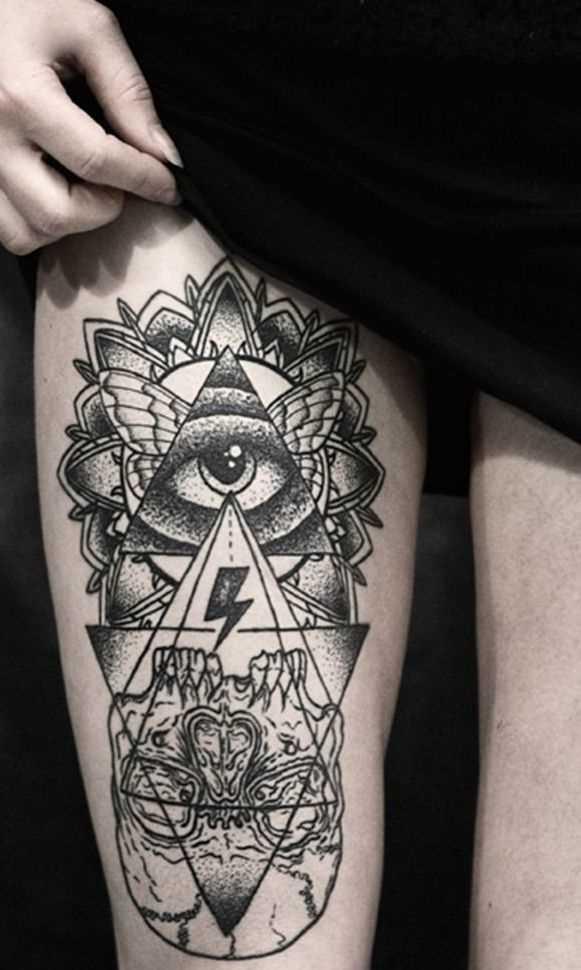 Tatuagem na coxa da menina - a pirâmide com o olho