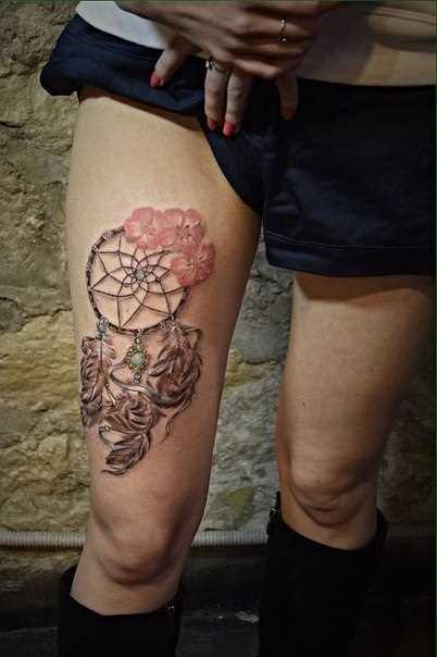 Tatuagem na coxa da menina - apanhador de sonhos