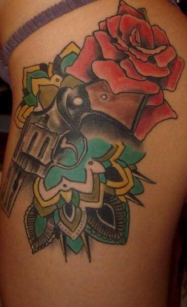 Tatuagem na coxa da menina - arma