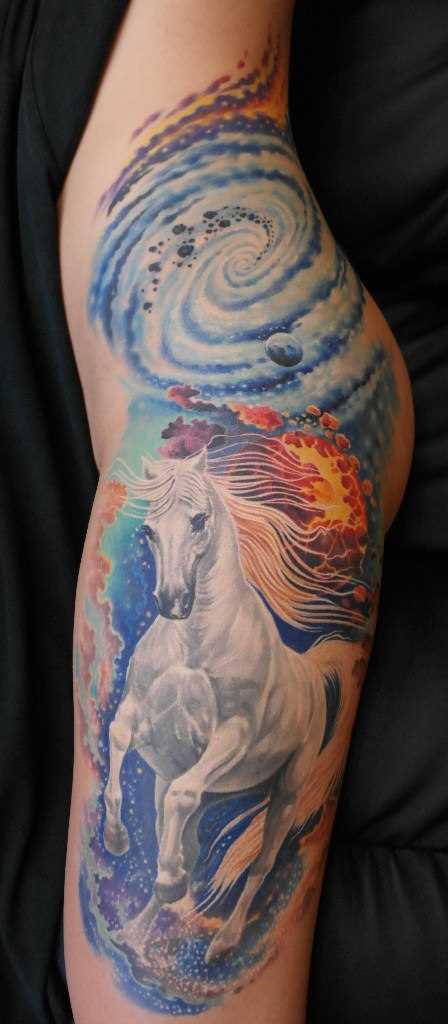 Tatuagem na coxa da menina - cavalo