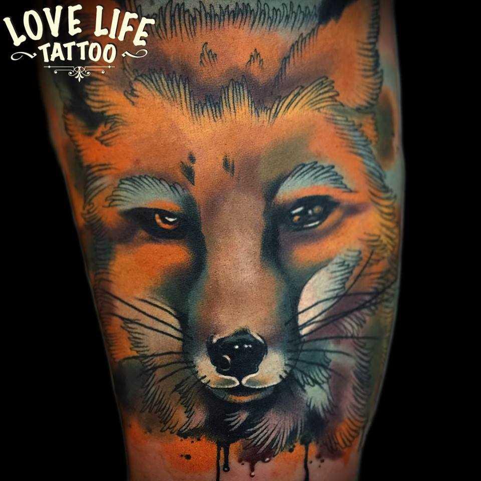 Tatuagem na coxa da menina - lis