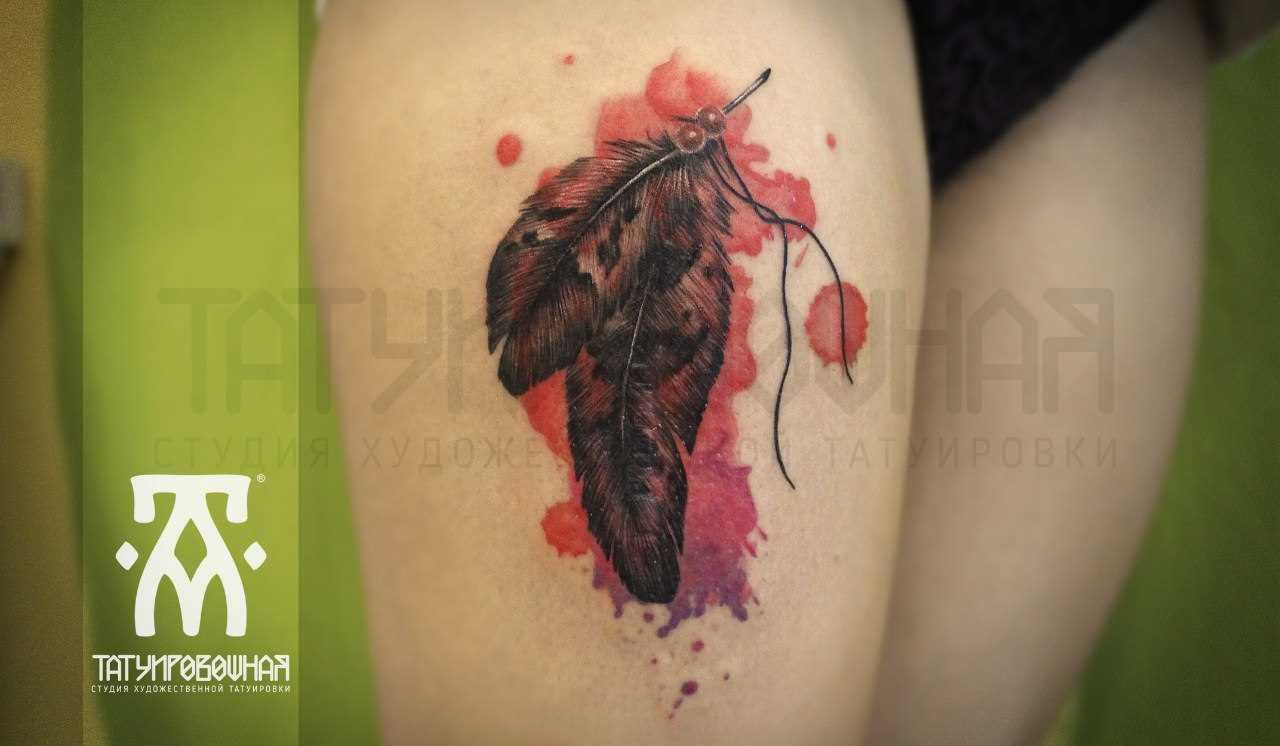 Tatuagem na coxa da menina - penas