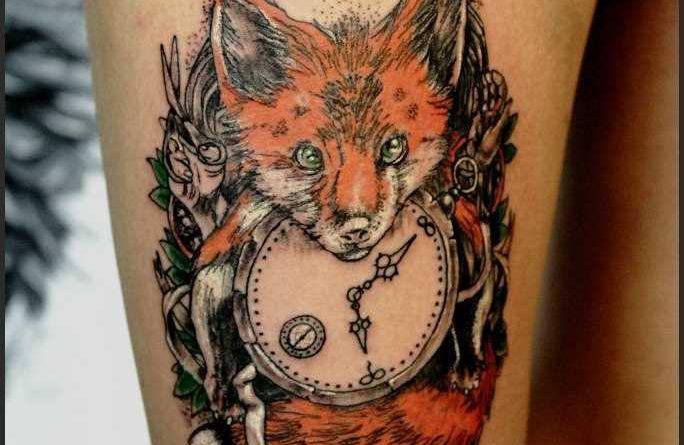 0c1564bcfa9 Tatuagem na coxa da menina - raposa com o relógio