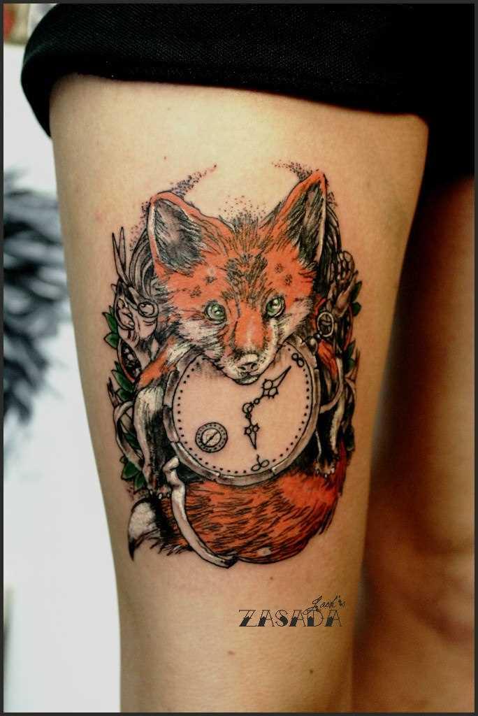 Tatuagem na coxa da menina - raposa com o relógio
