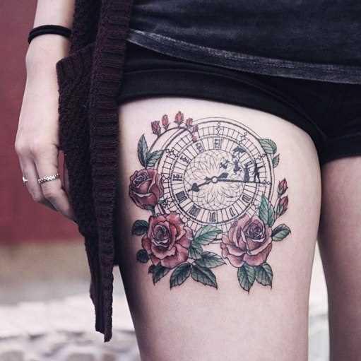 Tatuagem na coxa da menina - relógio e rosas