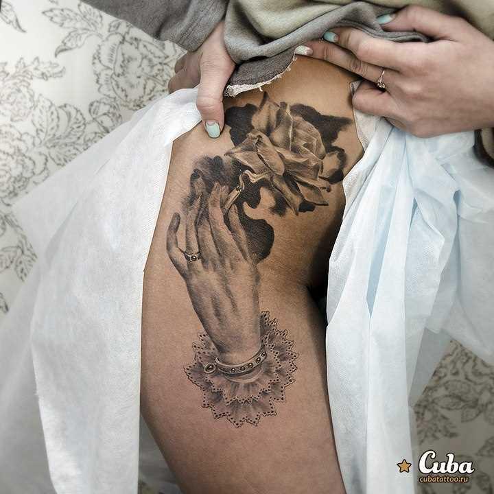 Tatuagem na coxa da menina - rosa na mão
