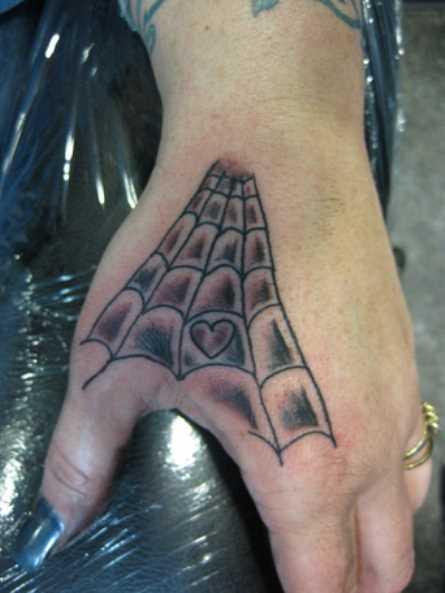 Tatuagem na escova de meninas da web e do coração