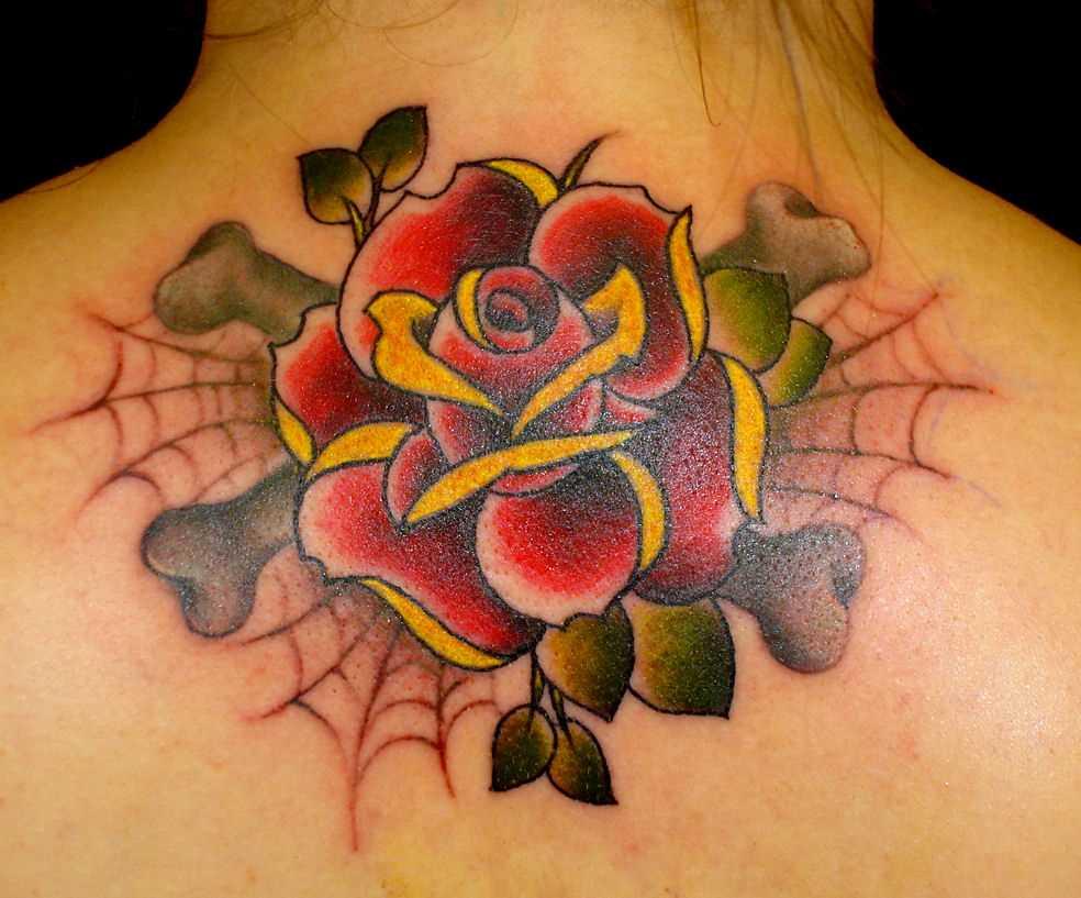 Tatuagem na espinha, as meninas rosa e uma teia de aranha