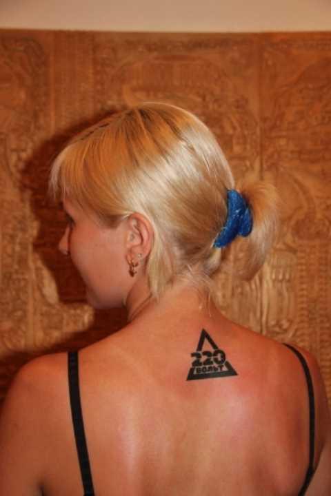 Tatuagem na espinha, as meninas - triângulo e legenda em português
