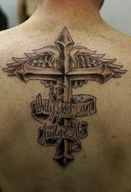 Tatuagem na espinha cara - a cruz com asas e inscrição