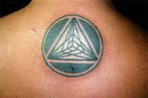 Tatuagem na espinha cara - a pirâmide ao círculo