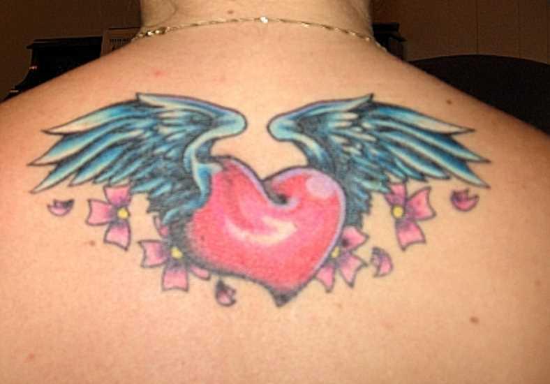 Tatuagem na espinha menina de coração com asas, e sakura