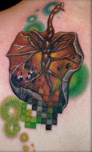 Tatuagem na lâmina de uma menina em forma de folha