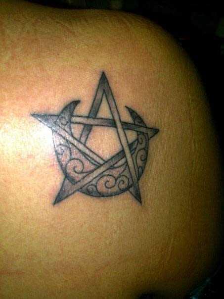Tatuagem na lâmina de uma menina - o pentagrama e a lua