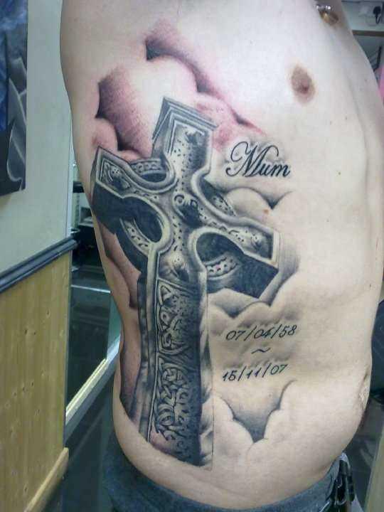 Tatuagem na lateral da cara - a cruz e a inscrição