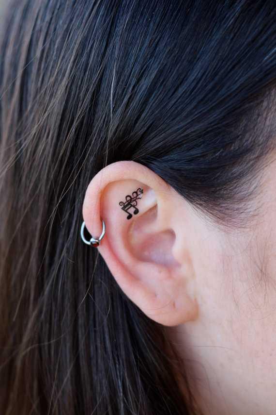 Tatuagem na orelha da menina - nota