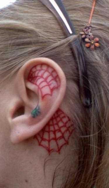 Tatuagem na orelha e pescoço da menina - teia de aranha