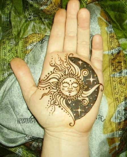 Tatuagem na palma da mão da menina - o sol e as estrelas