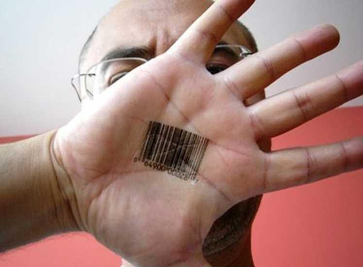 Tatuagem na palma da mão de um homem - código de barras