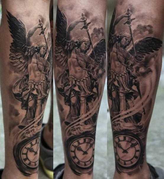 Tatuagem na perna da menina - anjo com a espada e o relógio