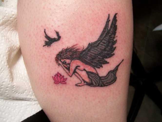 Tatuagem na perna da menina - anjo, lótus e o pássaro