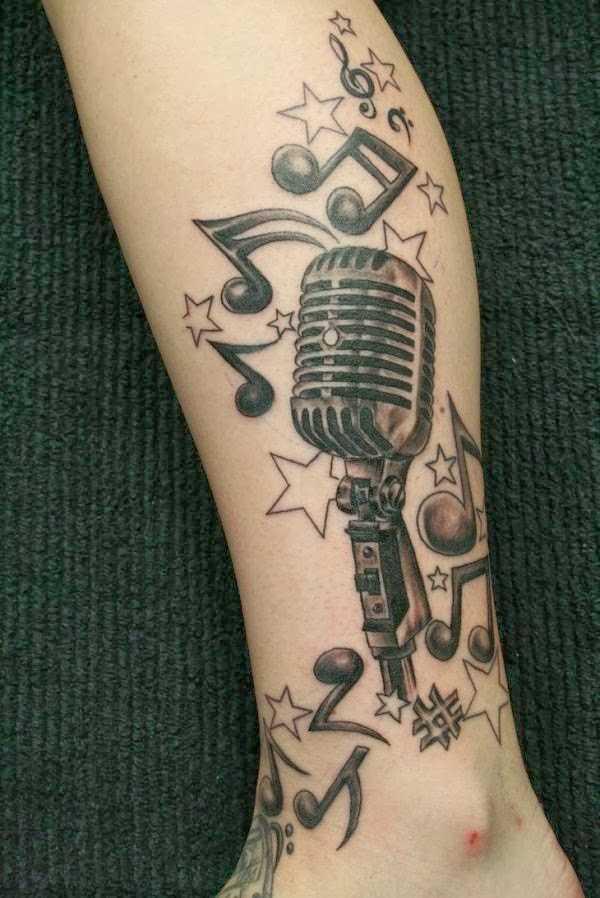 Tatuagem na perna da menina - as notas da clave de sol, as estrelas e microfone