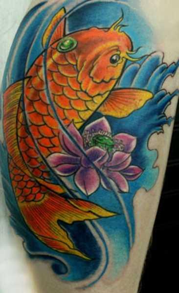 Tatuagem na perna da menina - carpa e lótus