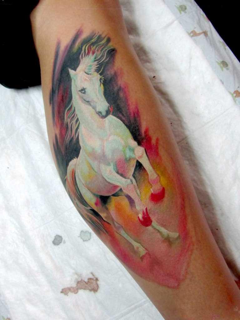 Tatuagem na perna da menina - cavalo