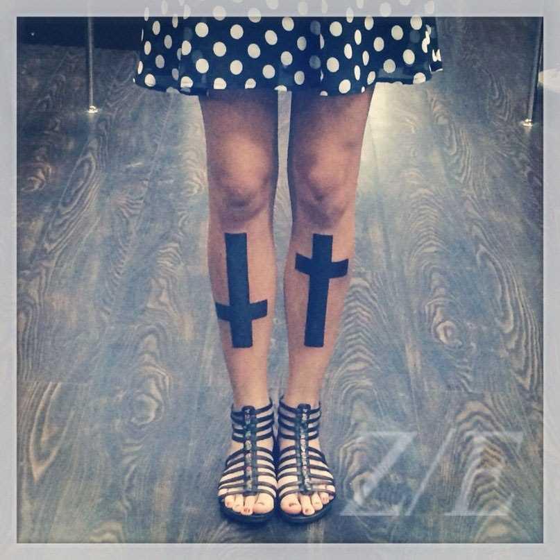 Tatuagem na perna da menina - cruz