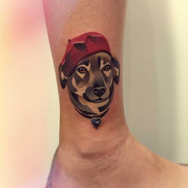 Tatuagem na perna da menina em forma de cão