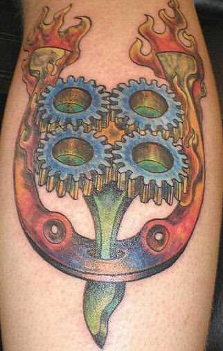 Tatuagem na perna da menina - ferradura e o mecanismo de
