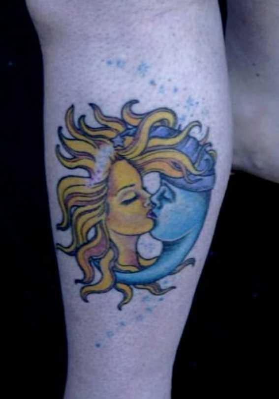 Tatuagem na perna da menina - lua em forma de cara e o sol em forma de menina