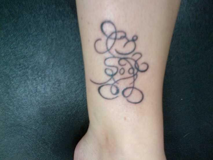 Tatuagem na perna da menina, na forma do rato