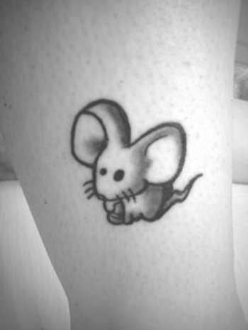 Tatuagem na perna da menina - ratinho