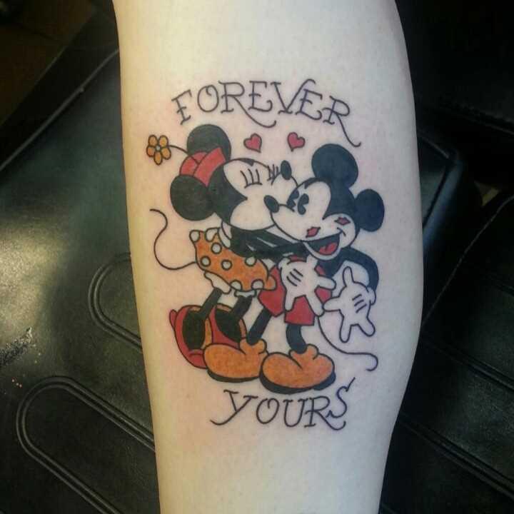 Tatuagem na perna da menina - rato Mickey e Minnie Mouse e inscrição