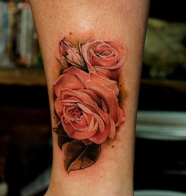 Tatuagem na perna da menina - rosa cor de rosa