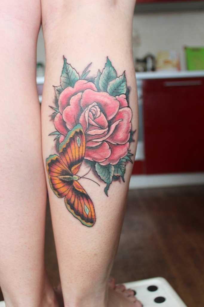 Tatuagem na perna da menina - rosa e a borboleta
