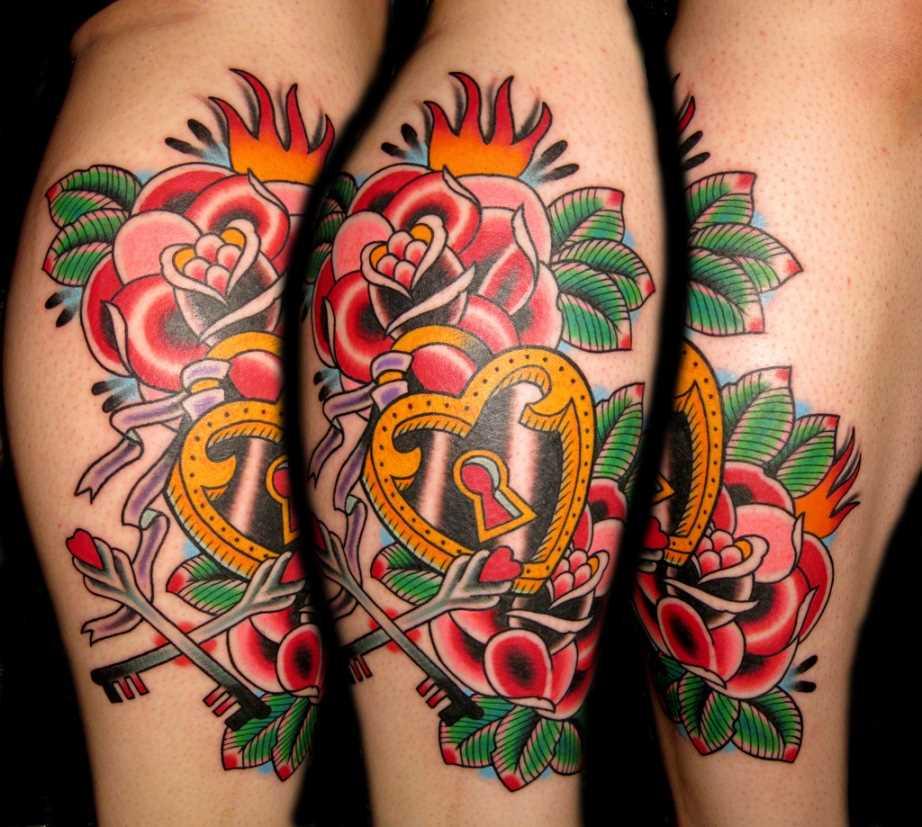 Tatuagem na perna da menina - rosa e fechamento com chaves