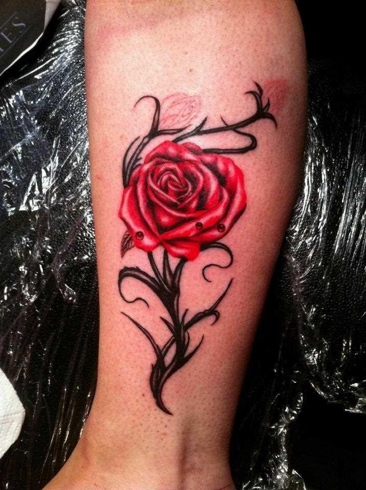 Tatuagem na perna da menina - rosa vermelha