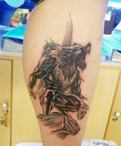 Tatuagem na perna da menina - um lobisomem