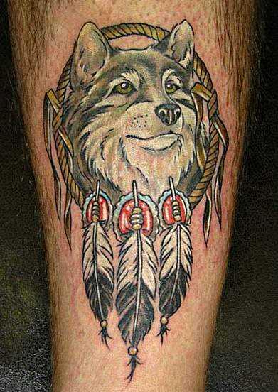 Tatuagem na perna de um cara - apanhador de sonhos com o lobo